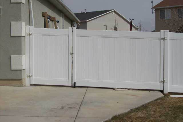 Vinyl Gate With White Hardware Google Search Vinyl Fence Fence Gate Backyard Gates