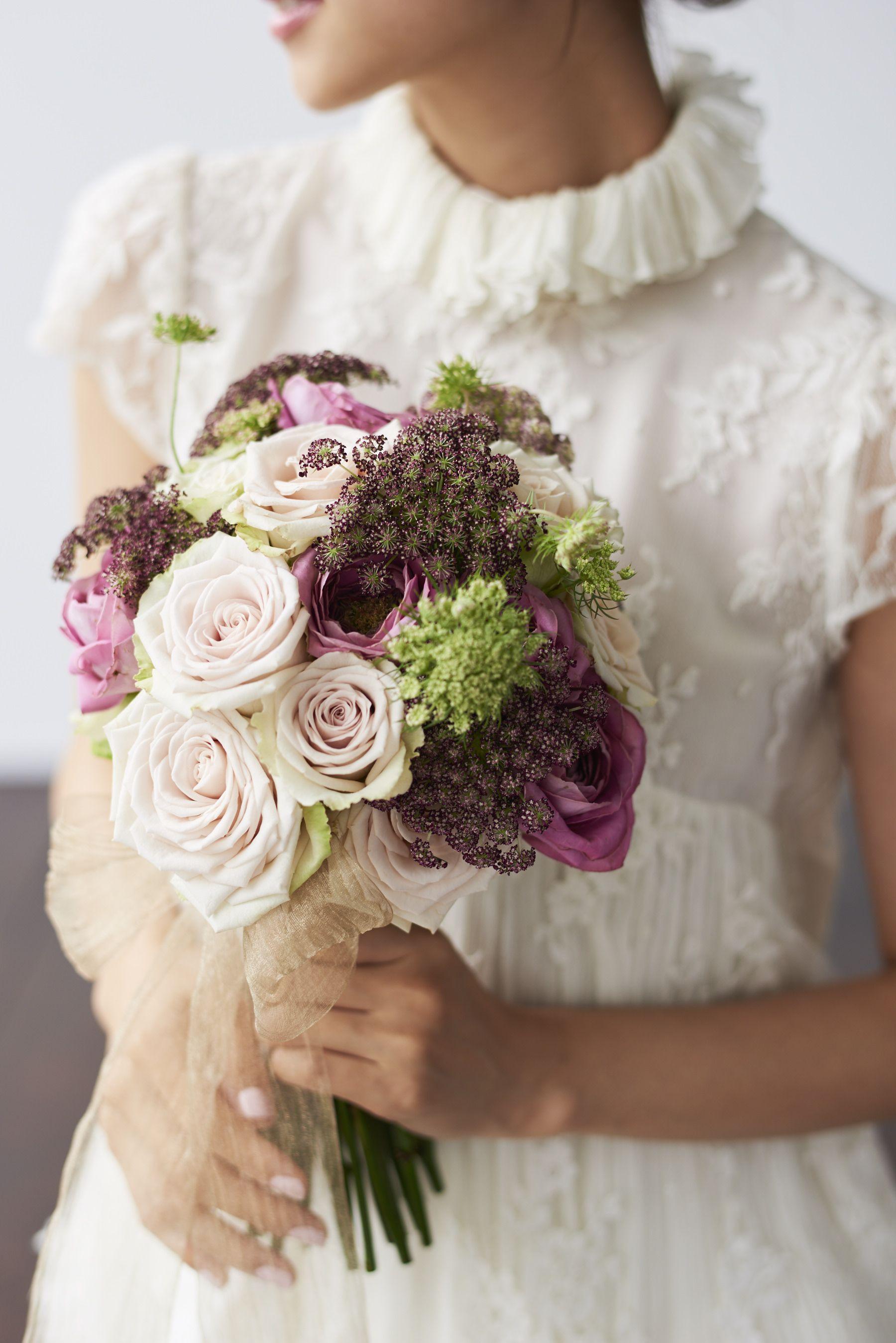 アンティーク風ブーケ 色味の違うバラをいれつつボルドー系の小花を入れることで大人っぽくアンティークな雰囲気に Wedding Wedding Bouquet Antique Wedding ウェディングブーケ ブーケ ウェディング Diy