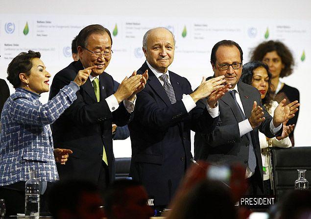 A secretária-executiva da ONU para a COP, Christiana Figueres, o secretário-geral da ONU, Ban Ki-moon), o chanceller francês e presidente da COP21, Laurent Fabius, e o presidente da França, Francois Hollande (da esq. para a dir.), comemoram a assinatura de acordo na COP21