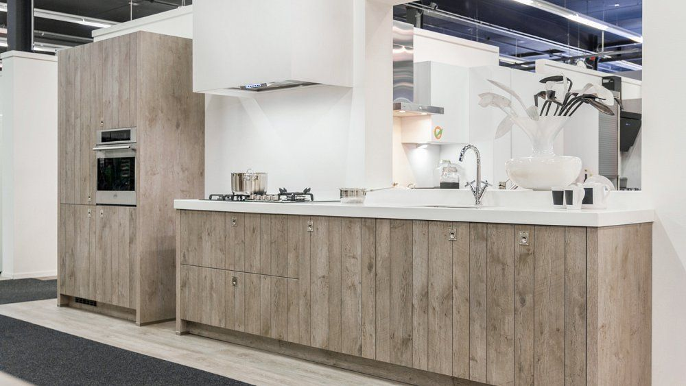 Rechte keuken met houtmotief en boretti apparatuur keuken pinterest