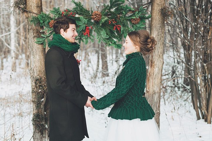Bride and groom wedding photo in snow Christmas winter wedding in snow | fabmood.com #wedding #winterwedding #christmas #christmaswedding