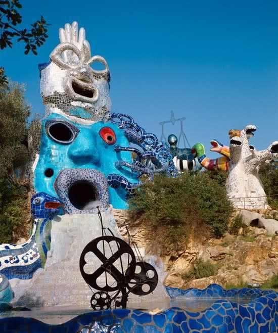 La papesse le magicien et la roue de la fortune jardin - Niki de saint phalle le jardin des tarots ...