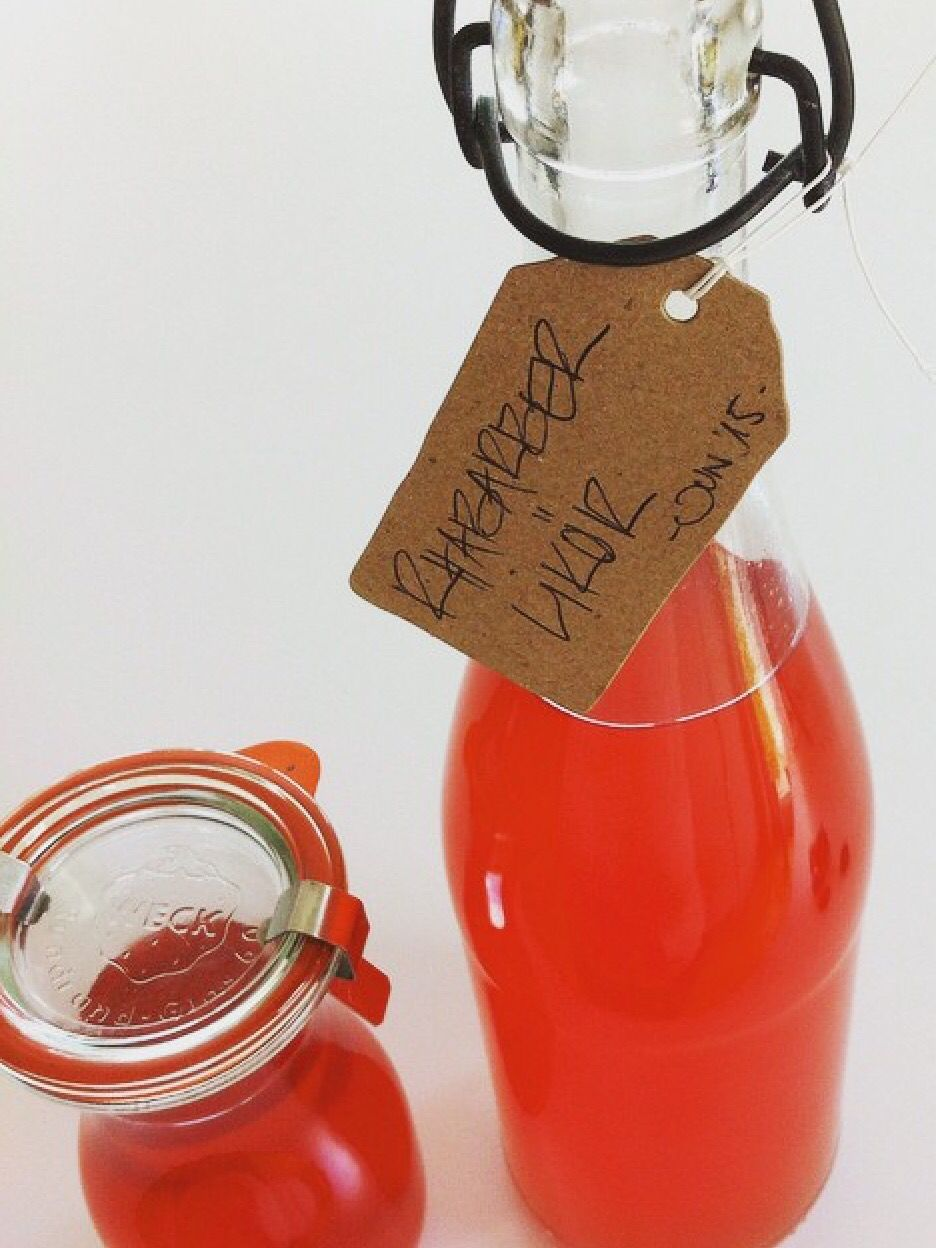 RHABARBER LIKÖR 550gr ws Zucker, 125 br Zucker in 375ml Wasser köcheln, bis er sich auflöst. 500gr in 3cm Streifen Rhabarber mitköcheln, bis es schäumt und der Rhabarber zerfällt. 2EL Abrieb einer Zitrone dazu geben und abkühlen lassen. Mit 3 Vanillezucker, 700ml Korn, 700ml Rosé Wein in bauchige Flaschen geben und 2-3 Wochen im Dunkeln stehen lassen. Durch einen Sieb geben und nochmal 2 Wochen stehen lassen. Durch Mulltuch oder Kaffeefilter gießen - fertig... ENJOY!