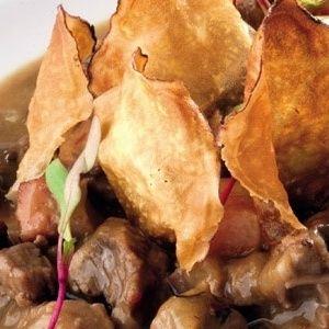 Carbonade Flamande com Chips de Batata-Doce
