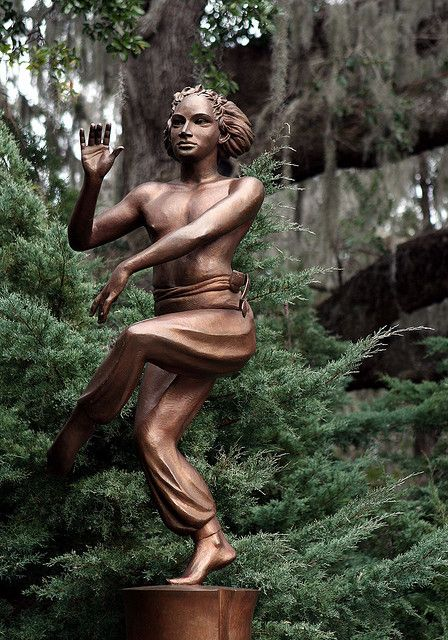 Pin By Barbara On Statues Statue Public Artwork Garden Statues