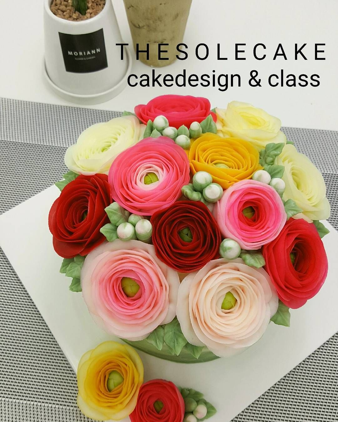 ♡thesole's blossom♡ Ranunculus 쨍~한 컬러의 하노이들..- Made by inyeong #baking #buttercreamcake #cake #cakedesign #flowercake #cakedecorating#dessert#koreanbuttercreamflowers#버터크림플라워케이크 #decoration#버터크림케이크#anniversary #colorfood #flowers #fleur #class #wedding #클래스#선물#기념일#하노이 #플라워케이크 #삼선교 #더쏠케이크