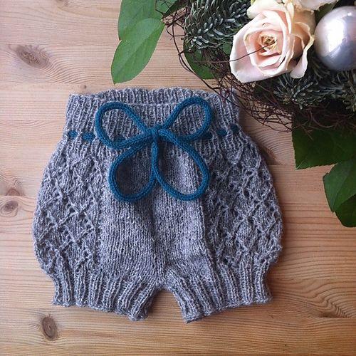 cache couche tricot avec motif de dentelle tricot enfants pinterest tricot tricot. Black Bedroom Furniture Sets. Home Design Ideas