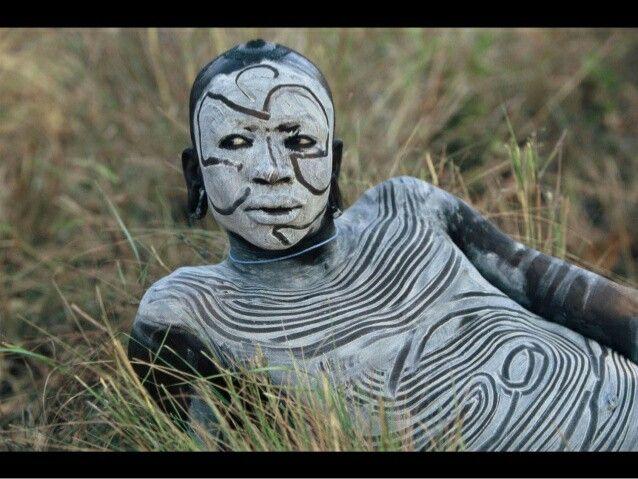 Reclining figure, Omo valley Ethiopia, photo Hans Silvester