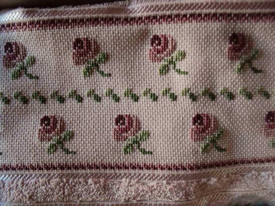 Toalla bordada en punto cruz con dise os de rosas mis for Disenos de punto de cruz