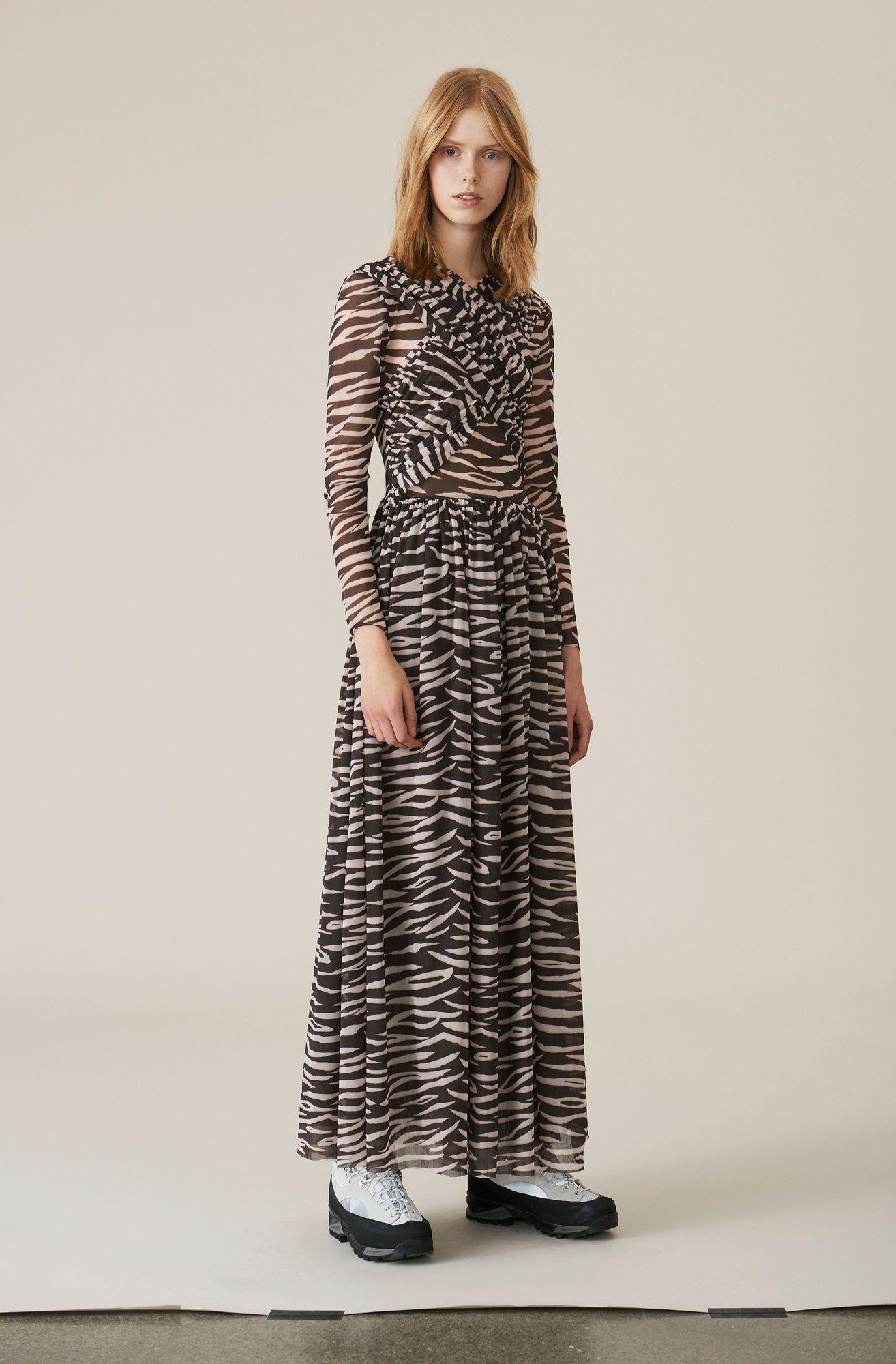 42e55ee5d9d8 Maxi kjole med draperet detalje og transparente ærmer skåret fra fin mesh.