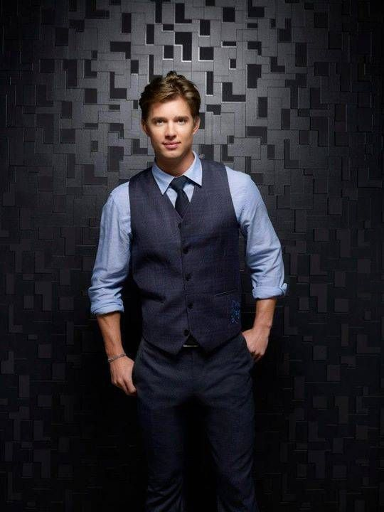 Drew Van Acker - PLL Season 3 promotional photo
