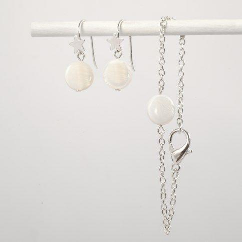 Øreringe og armlænke med perlemorsperler