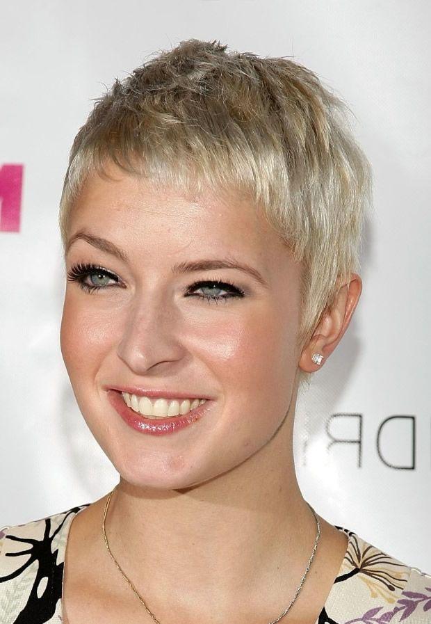 Frisuren für reife runde Gesichter
