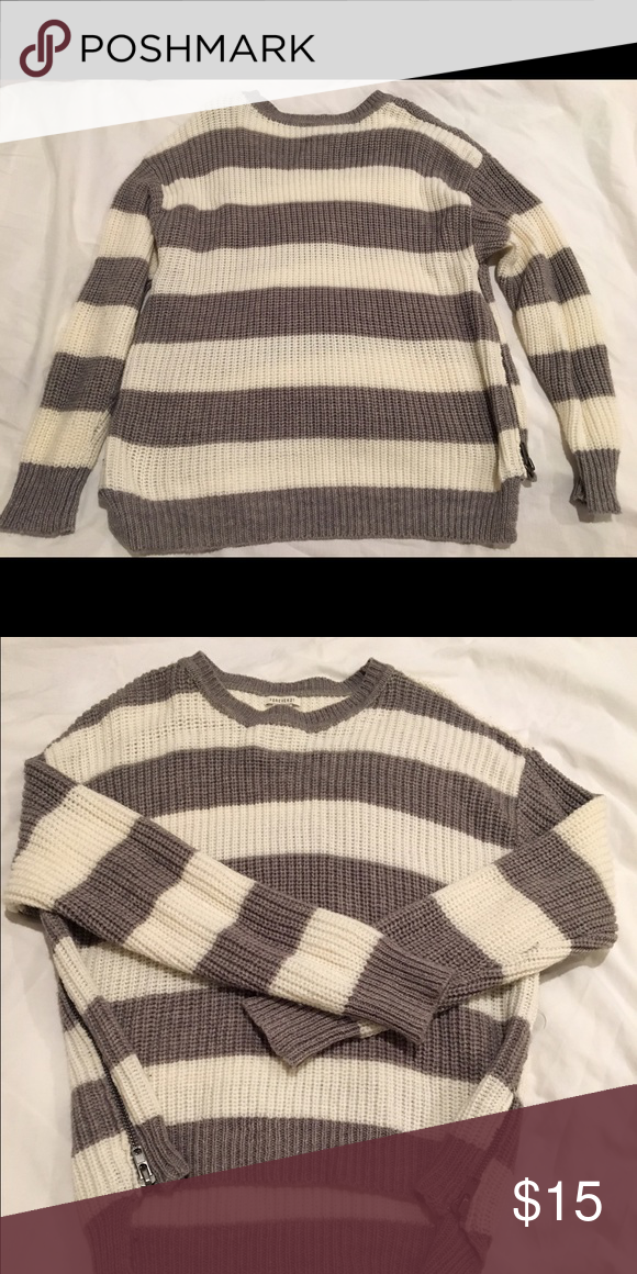 Forever 21 oversized sweater Over sized, with zippers on the side Sweaters Crew & Scoop Necks