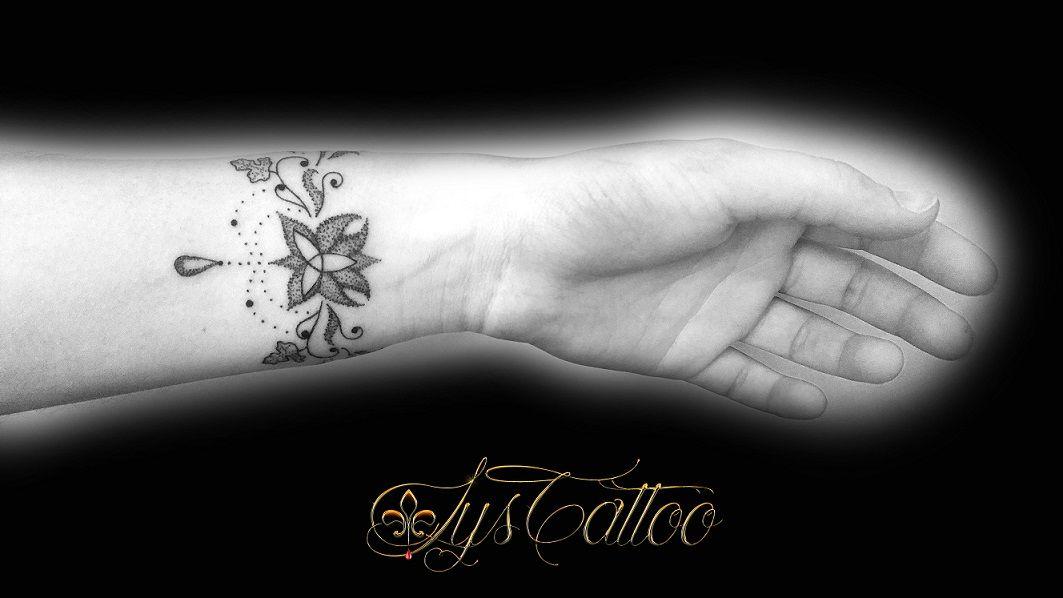 tatouage bracelet poignet gauche lignes et dot work. Black Bedroom Furniture Sets. Home Design Ideas