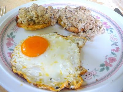 SPLENDID LOW-CARBING BY JENNIFER ELOFF: SAUSAGE GRAVY AND BISCUITS