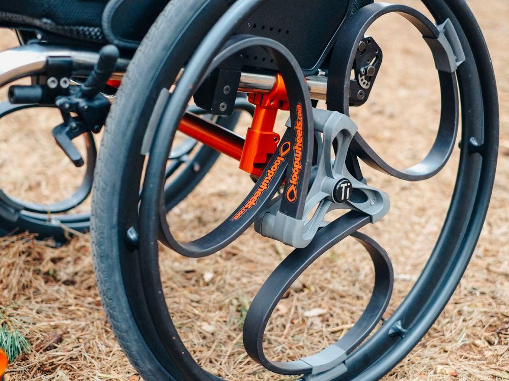 イギリスのデザイナーが考案した スポークを使わない衝撃吸収型の車輪 ループホイール その用途は自転車に 車椅子にと 大きな広がりを見せている そのインスピレーションの源とは なんだったのか 発明 車いす 自転車 カスタム