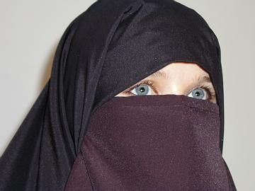 Pudor e encobrimento: Nigab é usado por alguns muçulmanos mulheres em áreas públicas e em frente de não-Mahram homens adultos.