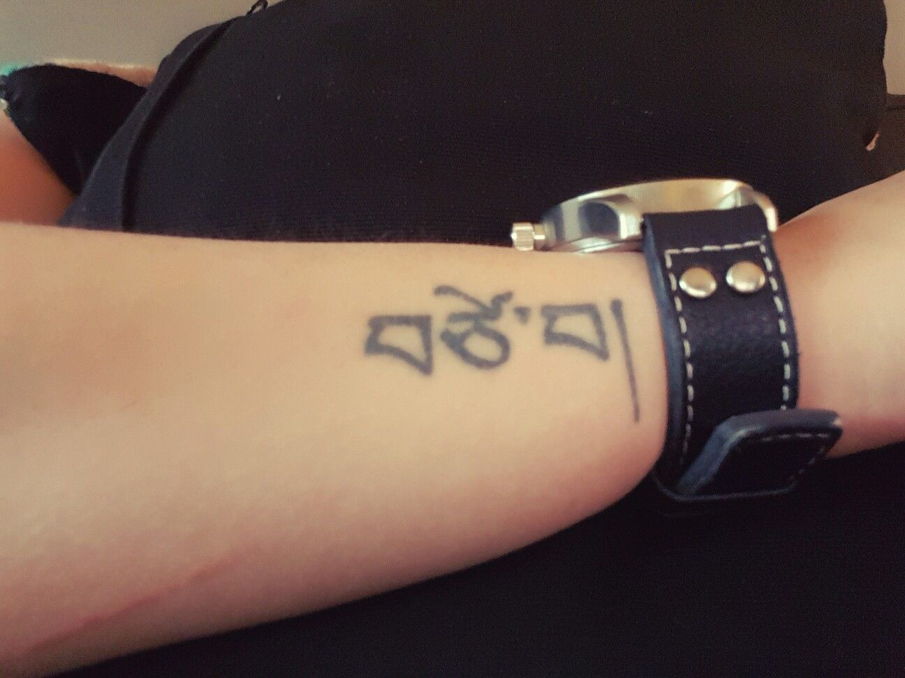 tattoo liefde love tibetaans schrift arm pols vrouw women. Black Bedroom Furniture Sets. Home Design Ideas