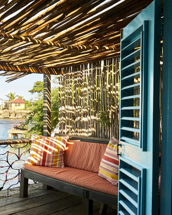Oceanfront Bungalows with a Private Deck Design für