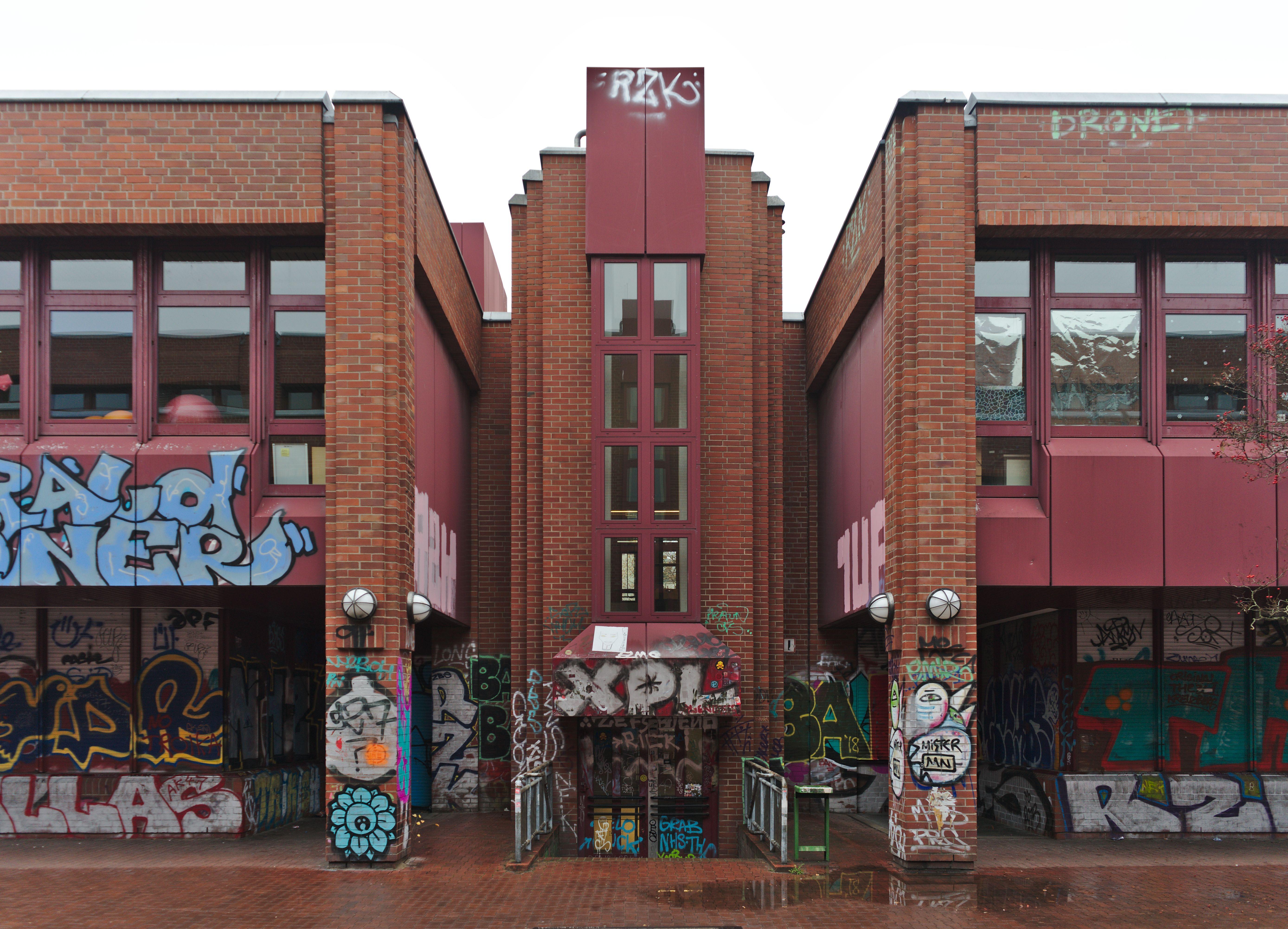 Mit Graffiti Verziert Jens Nydahl Grundschule Gustav Meyer Gebaut Von Unbekannt 0 Kohlfurter Strasse 20 10999 Berlin Deutschl Architektur Mauerwerk Berlin