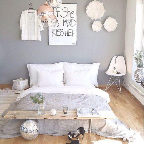 Bett in Weiß und Grau ohne Bettgestell, Matratze einfach