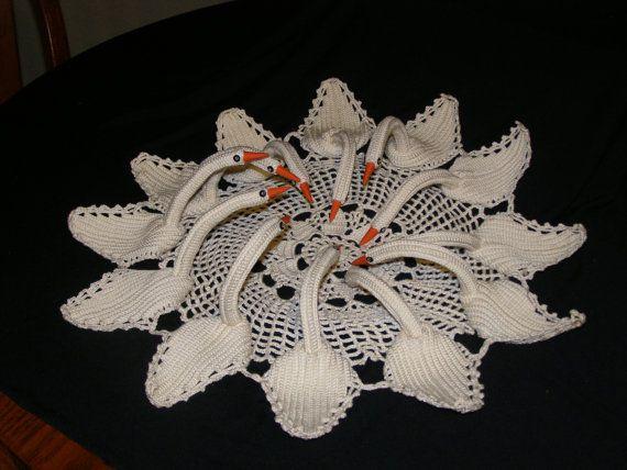 beautiful vintage crocheted 12 swan centerpiece majestic design handarbeiten h keln. Black Bedroom Furniture Sets. Home Design Ideas