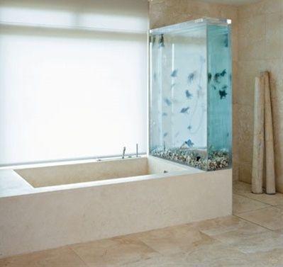 Aquarium séparant douche et baignoire