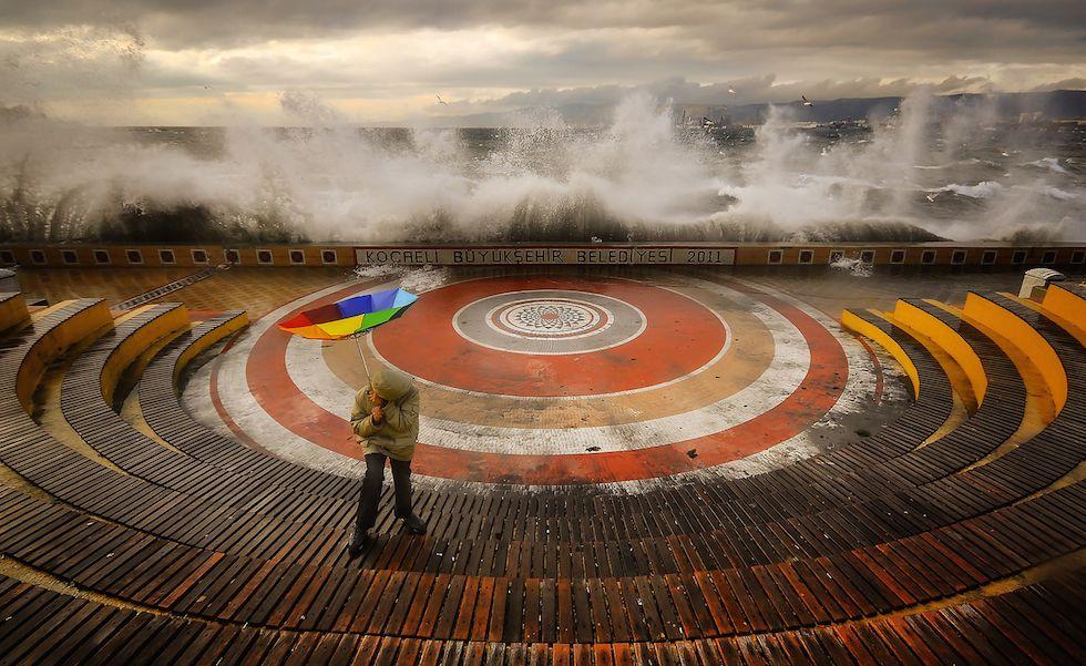 I vincitori del concorso fotografico del National Geographic - Il Post -Menzione d'onore Luoghi Aytül AKBAŞ / National Geographic 2014 Photo Contest La tempesta (The Storm) «Stavo facendo una foto a mio nipote, quando è arrivata una tempesta e sono riuscito a catturare questo bel momento». La foto è stata scattata a Kocaely, in Turchia.