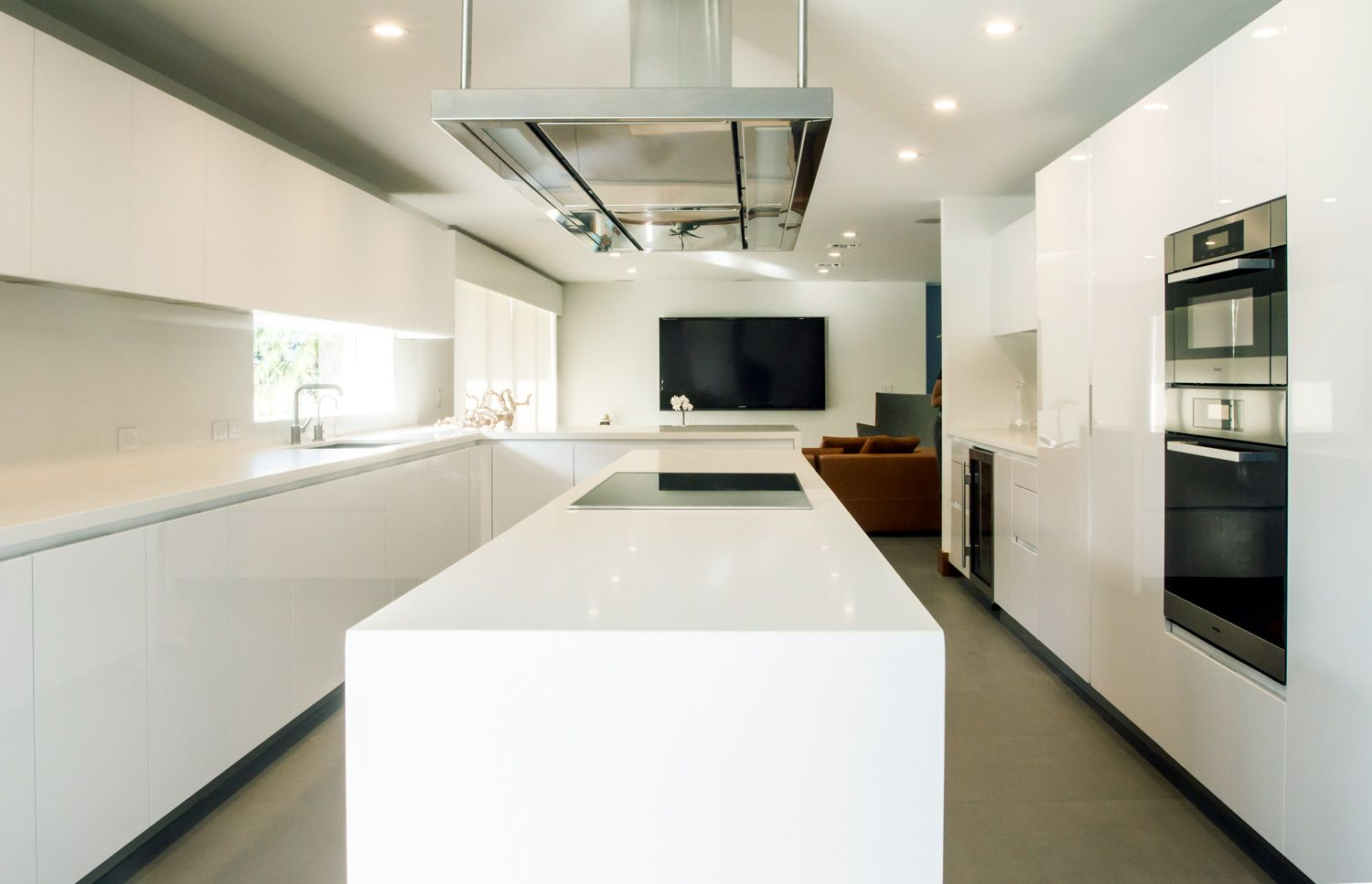Sleek White Contemporary Style Kitchen Idea Features Minimalist High Gloss Arctic White Lacque Contemporary Style Kitchen Luxury Kitchens Luxury Kitchen Design