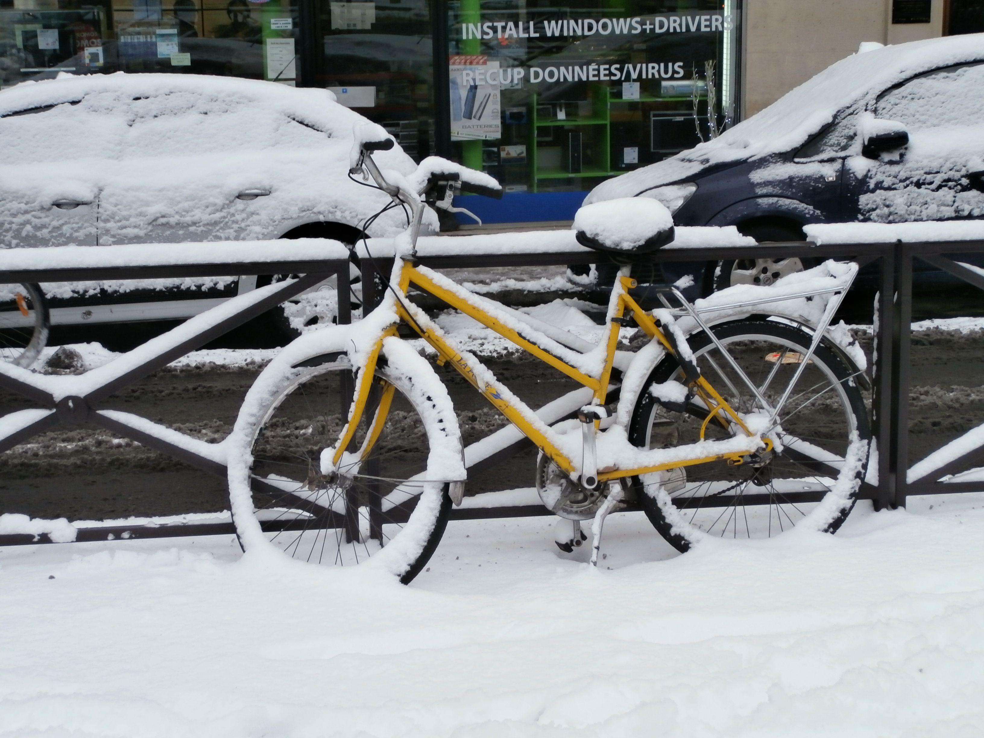 Vélo parisien sous la neige