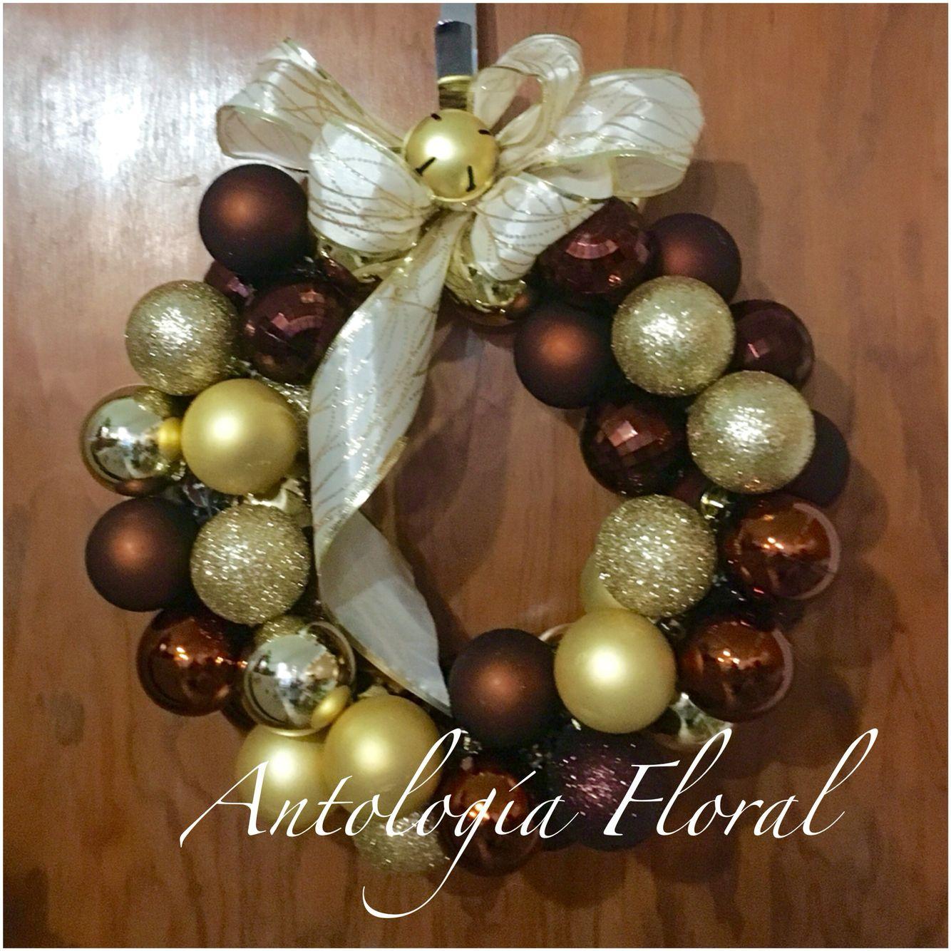 Corona de esferas en color dorado y caf para navidad for Coronas de navidad