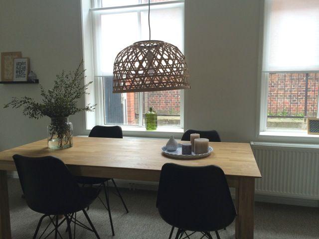 Appartement tafel karwei stoelen en rolgordijnen jysk lamp