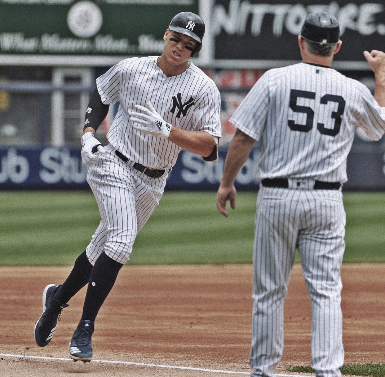 Yankees Aaron Judge Has Quickly Become A Fan Favorite Yankees New York Yankees Ny Yankees