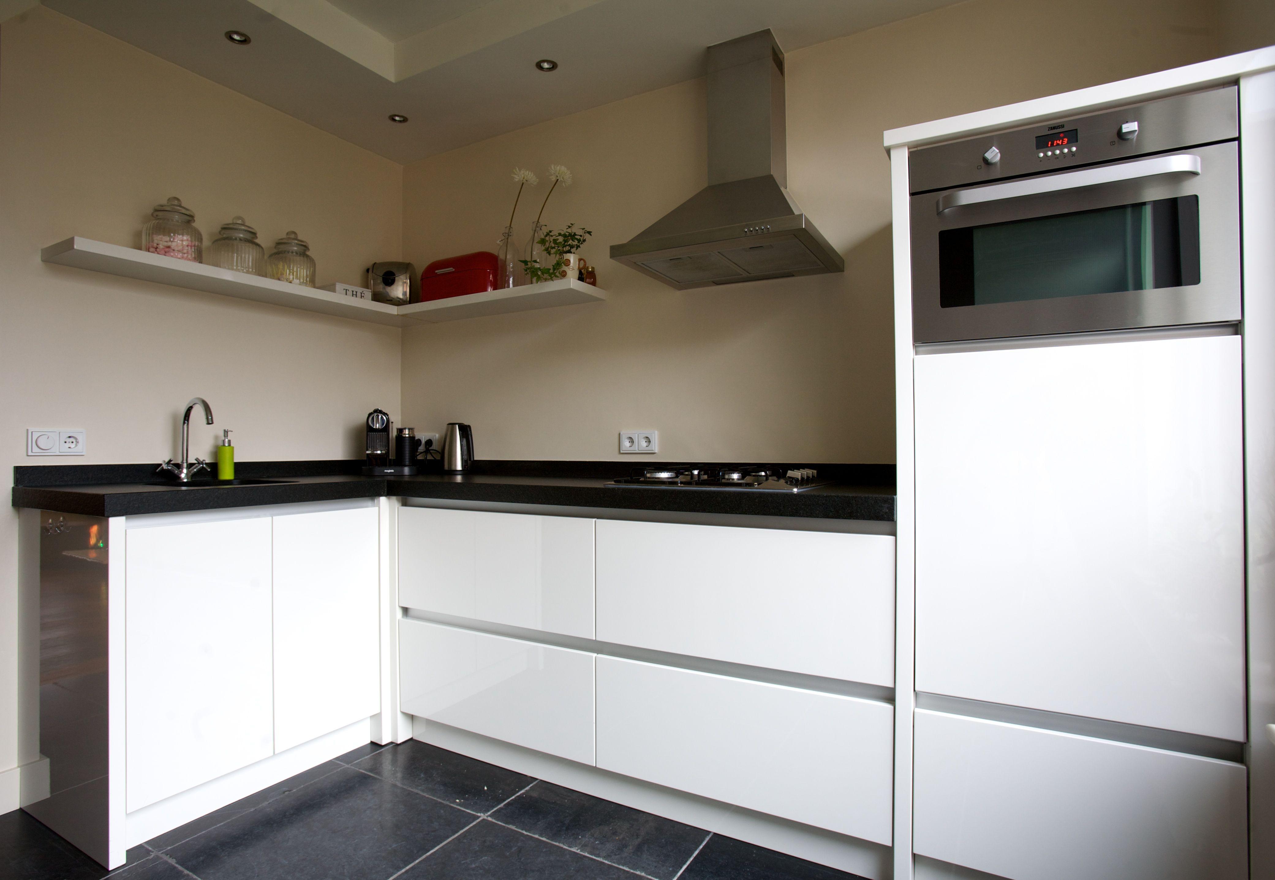 Moderne keuken keuken is in hoogglans wit gespoten aanrechtblad uitgevoerd in graniet - Modern keukenplan ...