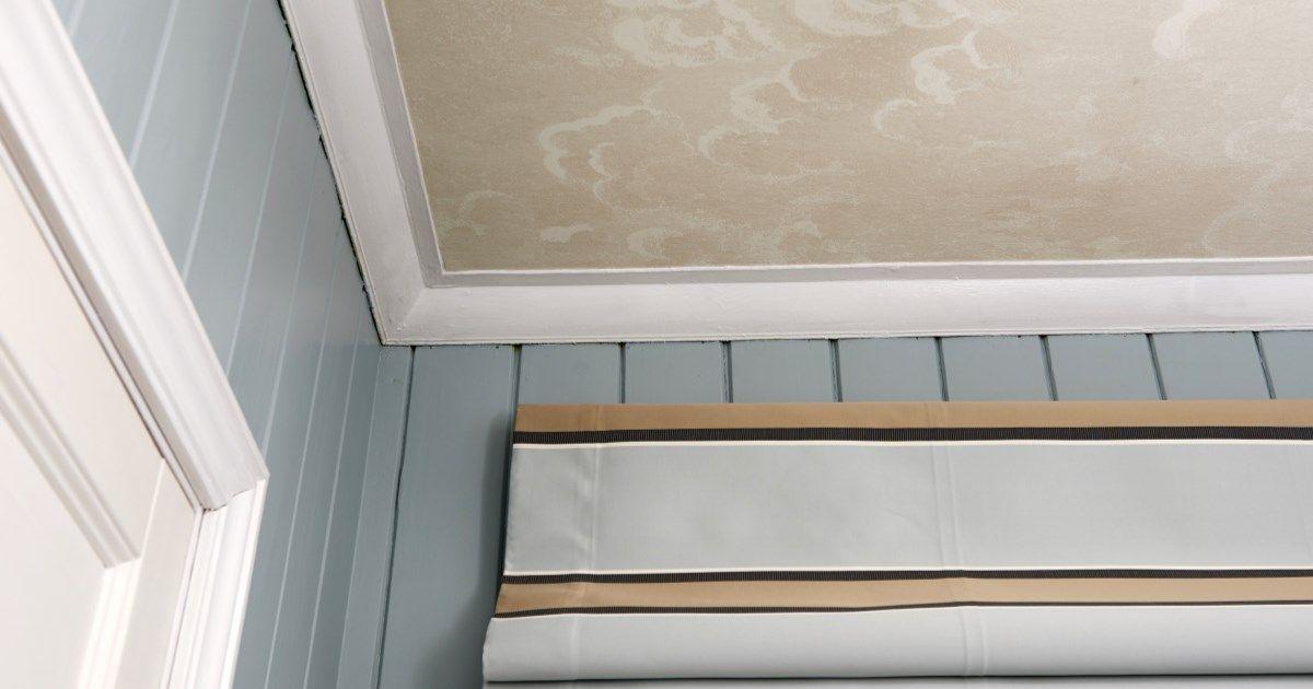 Historisk sett er dekorerte himlinger med takmalerier og dekormaling langt ifra noe nytt. I dag er den tradisjonen nærmest borte, og de fleste norske tak er slette og hvitmalte. Hvorfor ikke gi taket et løft med tapet?