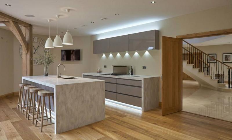 Cocinas modernas decoradas con madera preparándonos para el verano