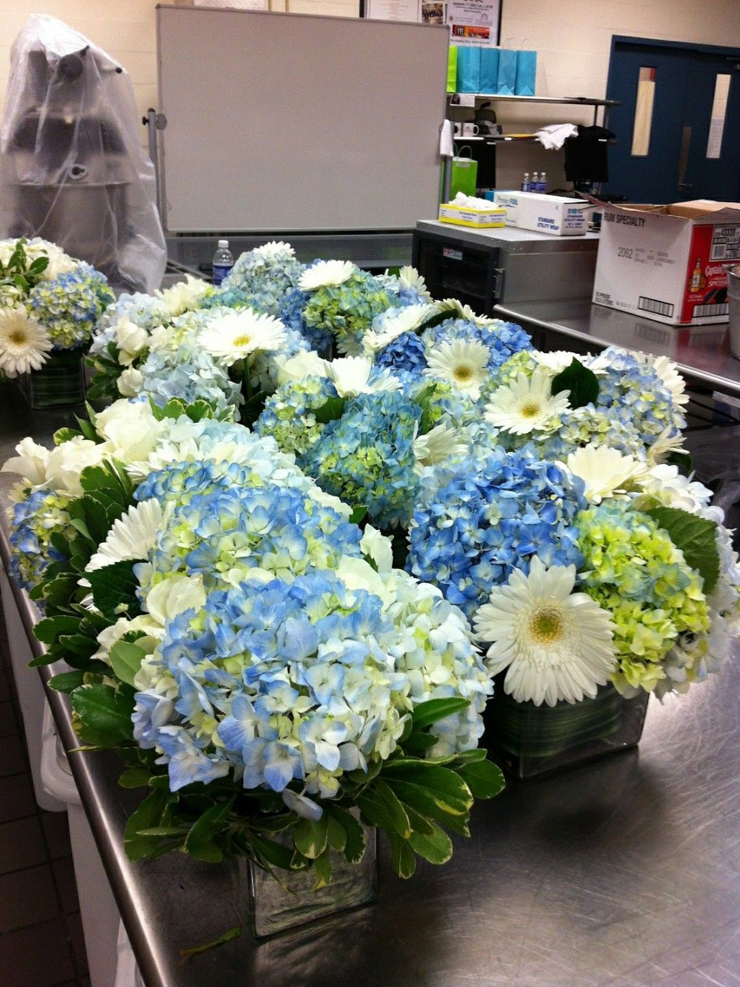 When He Says Blue And She Loves Hydrangeas Tischdeko Für