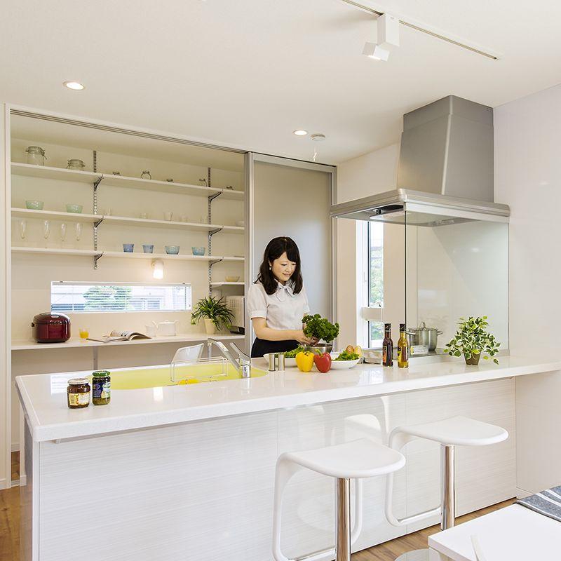 オープンなキッチンだからリビングにまで目が届く 開放感のある