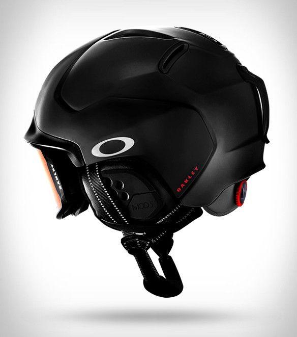 a51d72424 A Oakley revelou no início deste ano seus primeiros capacetes para neve,  eles estão agora disponíveis para compra! Em desenvolvimento há três anos,  ...