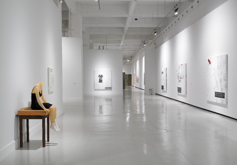 Los trabajos de Sarmento destacan por su carácter intimista y por su extraordinaria capacidad para plantear cuestiones que van más allá de lo visual, logrando crear una realidad que se mueve entre la experiencia y la memoria.