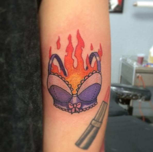 Tatuagem Direito das Mulheres |  Sutiã Pegando Fogo!