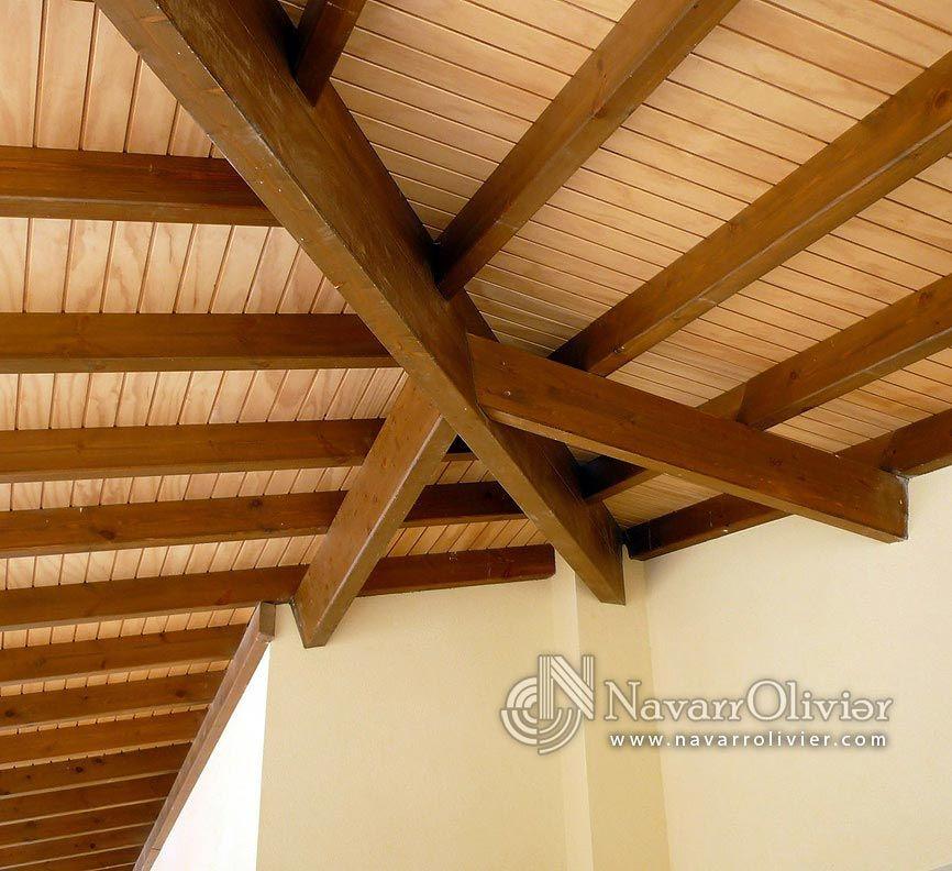 Encuentro de pendientes. Estructura de madera para cubierto ...