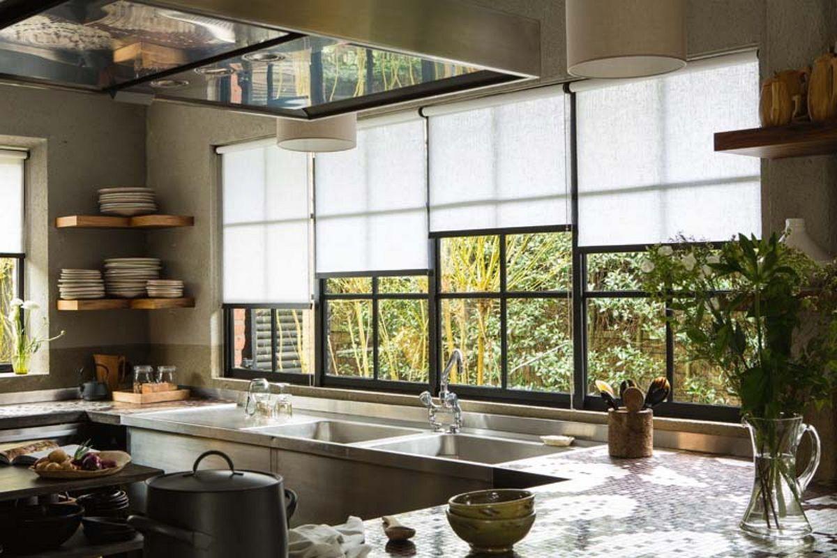 stores enrouleurs pour cuisine idee pinterest store enrouleur cuisines et rideaux stores. Black Bedroom Furniture Sets. Home Design Ideas