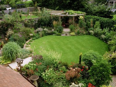 Circular Lawn Surrounded By Plants With Pergola Small Garden Design Garden Layout Backyard Landscaping