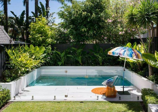 pool-kleinen-garten-glas-gelaender-scg´hutz-tropisch-bepflanzung - kleiner garten gestalten