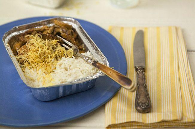 Um estrogonofe quentinho é daqueles pratos que fazem a gente se sentir em casa. E quem disse que ele não pode ser marmita? Arroz branco e batata palha acompanham.