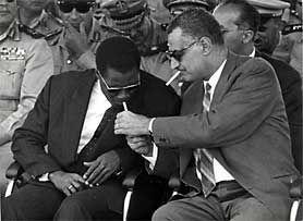Nasser acende um cigarro a Ahmed Sékou Touré.