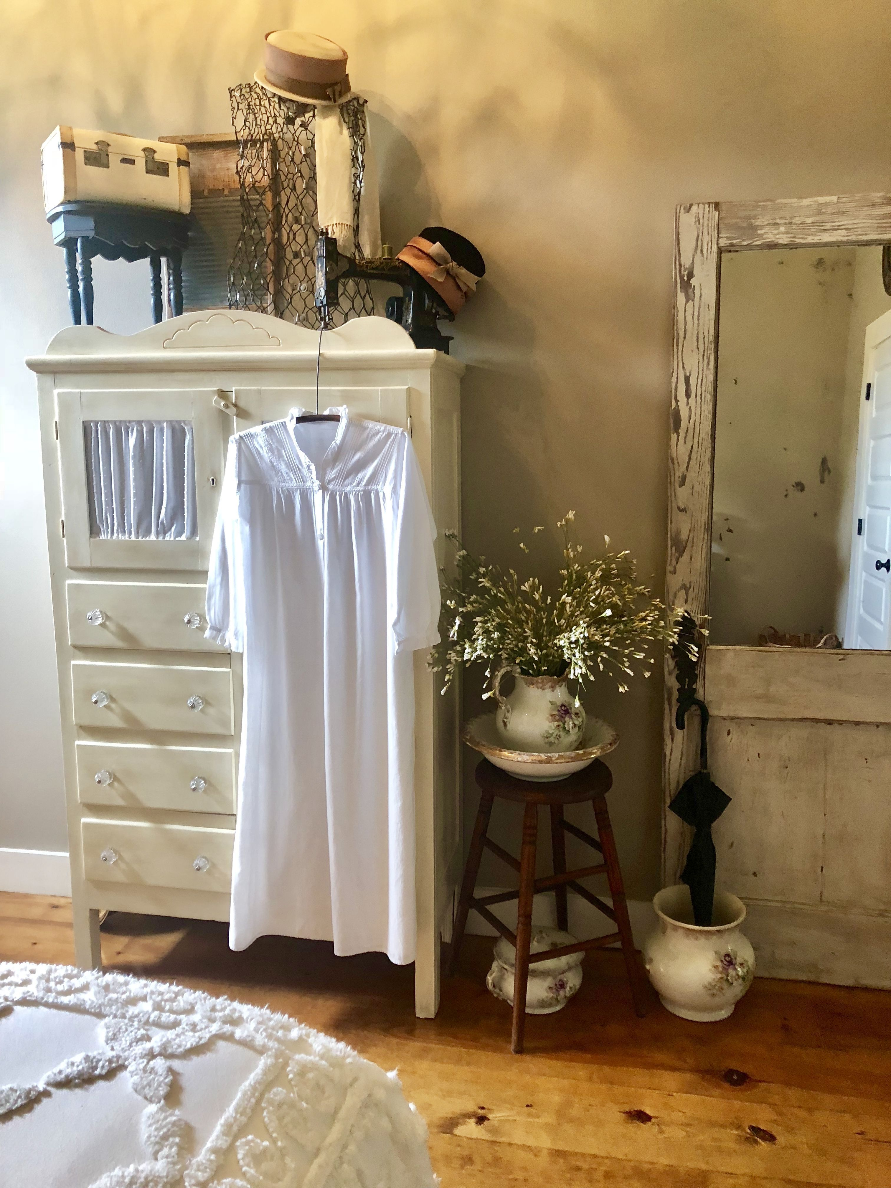 Nothing like family treasures to decorate with  #vintagebedroom #countrylivi