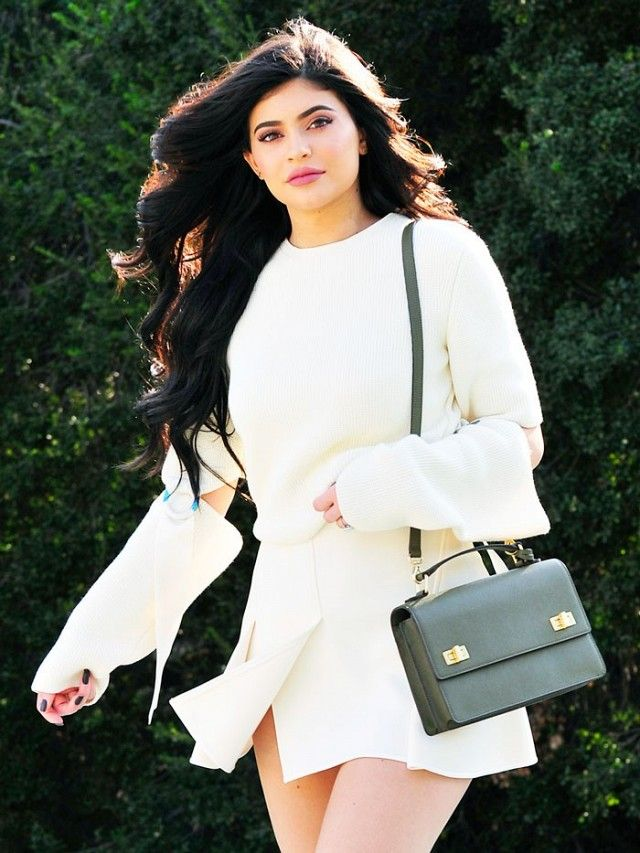 This is the LAST shoe style we expected to see kyliejenner wear: https://t.co/NkPbrTegJt  https://t.co/C4BTdEwRLX https://t.co/b8YltzJCKZ